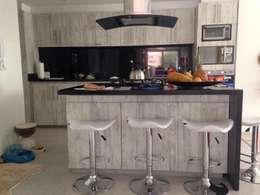 PROYECTO MOBILIARIO HOGAR - APARTAMENTO: Cocinas de estilo moderno por La Carpinteria - Mobiliario Comercial