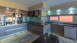 moderne Keuken door KARLEN + CLEMENTE ARQUITECTOS