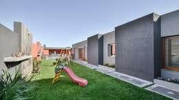 modern Garden by KARLEN + CLEMENTE ARQUITECTOS