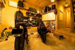 Garajes de estilo rústico por QUALIA