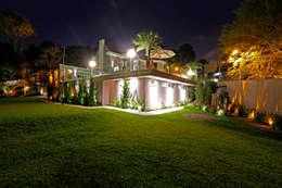 Residência Jardim Schaffer - Curitiba -PR: Jardins modernos por Karin Brenner Arquitetura e Engenharia
