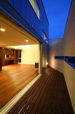 阿佐ヶ谷の家: 設計事務所アーキプレイスが手掛けたベランダです。