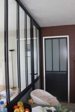 CUISINE A STRASBOURG: Couloir et hall d'entrée de style  par Agence ADI-HOME