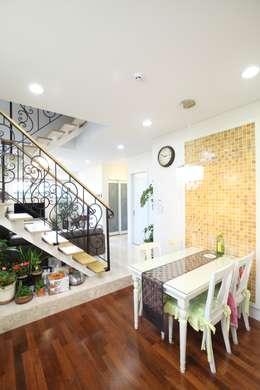 Salas de estar modernas por 호멘토(HOMENTO)