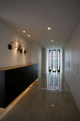 東京タワーと桜の見える家: 設計事務所アーキプレイスが手掛けた廊下 & 玄関です。