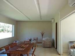 Salas / recibidores de estilo moderno por Arq.Rubén Orlando Sosa
