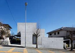 坂のある街に住む: atelier mが手掛けた家です。