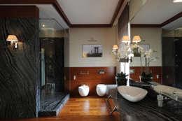 Загородный дом в посёлке Грибово: Ванные комнаты в . Автор – Архитектурное бюро Бахарев и Партнеры