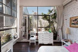 Galpón Lola: Dormitorios de estilo industrial por Pop Arq