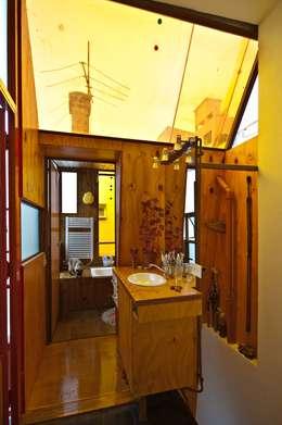 Min House: Baños de estilo industrial por Pop Arq