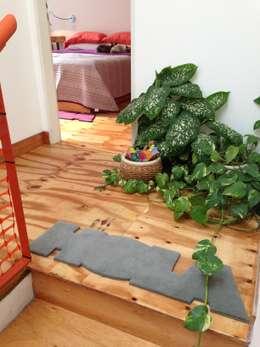 Pasillos, vestíbulos y escaleras de estilo minimalista por Pop Arq
