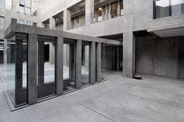 ESCALERA A SUBSUELO: Pasillos y recibidores de estilo  por Ramiro Zubeldia Arquitecto