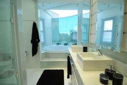 modern Bathroom by João Luís Linck   Arquitetura