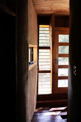 CASA VOGEL: Pasillos y hall de entrada de estilo  por ALIWEN arquitectura & construcción sustentable