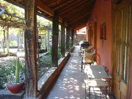 Casas de estilo colonial por ALIWEN arquitectura & construcción sustentable