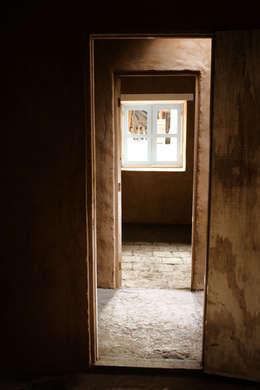 SUBSIDIOS DE REPARACIÓN PATRIMONIAL DE ADOBE: Pasillos y hall de entrada de estilo  por ALIWEN arquitectura & construcción sustentable