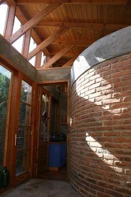 CASA TAU: Pasillos y hall de entrada de estilo  por ALIWEN arquitectura & construcción sustentable