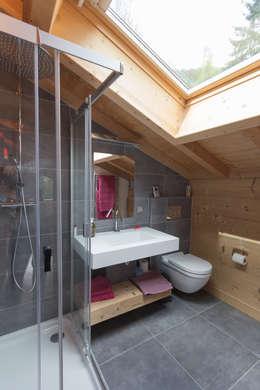 Soleya: Salle de bains de style  par Chevallier Architectes