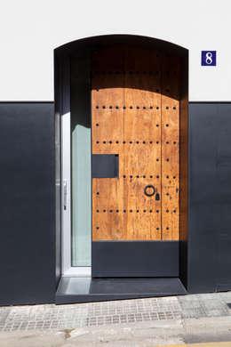 Puerta principal (recuperada, ensamblada para convertirla en corredera): Casas de estilo minimalista de CABRÉ I DÍAZ ARQUITECTES