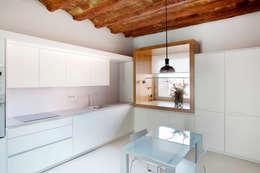Cozinhas minimalistas por CABRÉ I DÍAZ ARQUITECTES