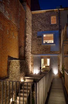 Fachada posterior: Casas de estilo minimalista de CABRÉ I DÍAZ ARQUITECTES