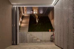 Garagens e arrecadações minimalistas por CABRÉ I DÍAZ ARQUITECTES