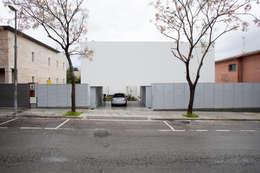 Fachada: Casas de estilo minimalista de CABRÉ I DÍAZ ARQUITECTES