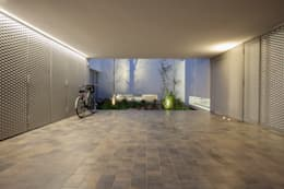 Porche de acceso/garaje: Garajes de estilo minimalista de CABRÉ I DÍAZ ARQUITECTES