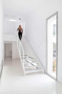 Escalera: Pasillos y vestíbulos de estilo  de CABRÉ I DÍAZ ARQUITECTES
