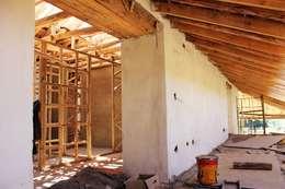 GALPÓN TOQUIHUA: Pasillos y hall de entrada de estilo  por ALIWEN arquitectura & construcción sustentable