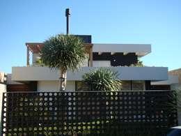Projekty, nowoczesne Domy zaprojektowane przez Jader e Ivan Arquitetos