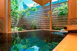 暖炉のある家: AMI ENVIRONMENT DESIGN/アミ環境デザインが手掛けた浴室です。
