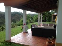 Jardines de estilo rústico por Modo Arquitectos Associados