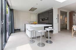 Verbouwing stadswoning: minimalistische Keuken door B-TOO