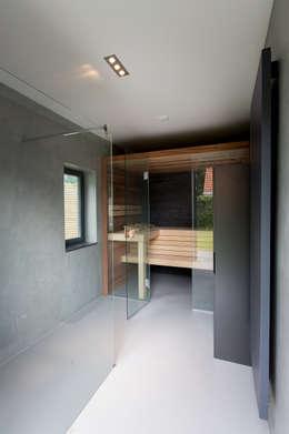Verbouwing stadswoning: minimalistische Spa door B-TOO