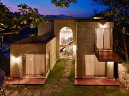 FACHADA POSTERIOR: Casas de estilo colonial por Excelencia en Diseño