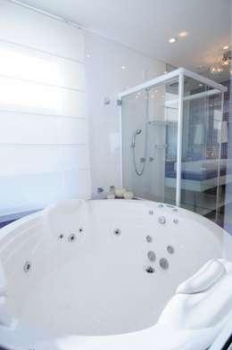 Projeto Arquitetura de Interiores Residencial Litoral: Banheiros minimalistas por Marcelo John Arquitetura e Interiores