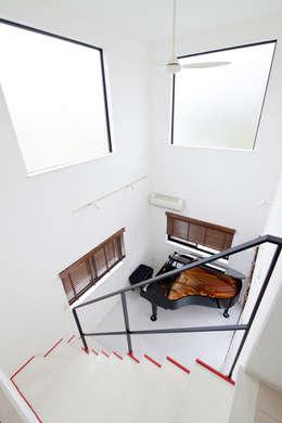 Pasillos y vestíbulos de estilo  por 遊友建築工房