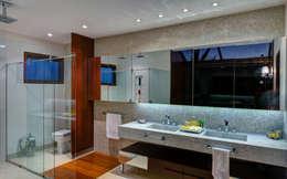 Baños de estilo moderno por BRAVIM ◘ RICCI ARQUITETURA