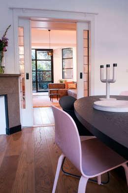 doorkijkje naar woonkamer: moderne Eetkamer door IJzersterk interieurontwerp