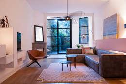 woonkamer met zachte tinten: moderne Woonkamer door IJzersterk interieurontwerp