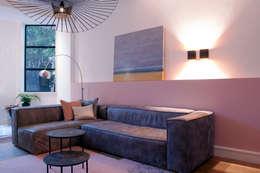 zitgedeelte met grijze bank en mooi kleed: moderne Woonkamer door IJzersterk interieurontwerp