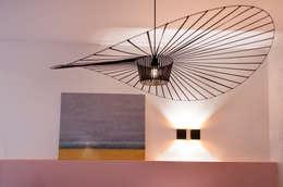 plafondlamp met kunst: moderne Woonkamer door IJzersterk interieurontwerp