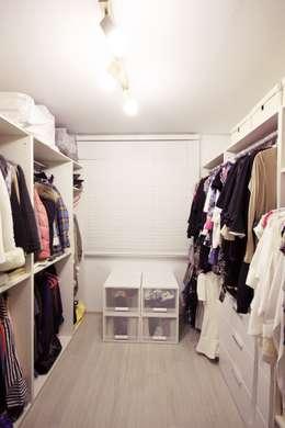 modern Dressing room by homelatte