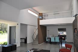 Salas de estilo minimalista por Estudio Fernández+Mego