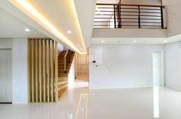 Прихожая, коридор и лестницы в . Автор – 코원하우스