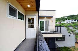 Projekty,  Balkon, weranda i taras zaprojektowane przez 코원하우스