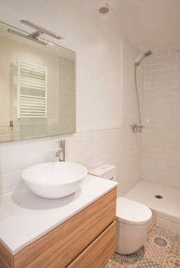 Baño de cortesía: Baños de estilo moderno de Grupo Inventia