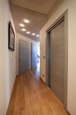 Un gioiello abitativo perfettamente integrato nel suo habitat naturale.: Ingresso & Corridoio in stile  di Barra&Barra SRL