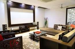 Home Theatre cum lounge:  Multimedia room by renu soni interior design